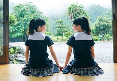 «美少女»本物双子姉妹が仲良く揃ってAVデビューで処女喪失!小さな身体をビクビク震わせてレズりながらイキまくるwww