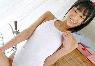 ‹美少女›うっすら浮き出たアバラにもっこりモリマンがエロい現役C学生ジュニアアイドル『町田有沙』の未発達ボディを堪能しちゃうイメビw