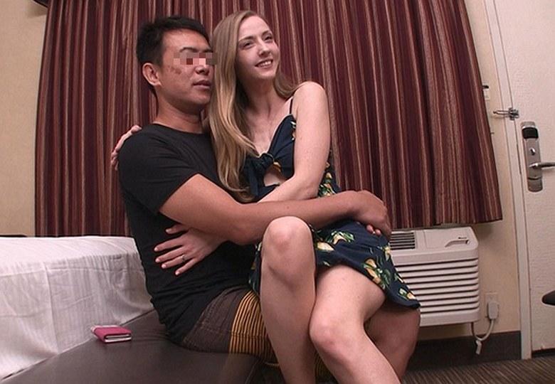 ロスでナンパしたハリウッドセレブ人妻が手入れの行き届いた高級美脚の足コキで欲求不満解消のAV出演 カーラ(30歳)